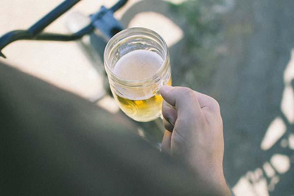 cerveza pale ale en mano