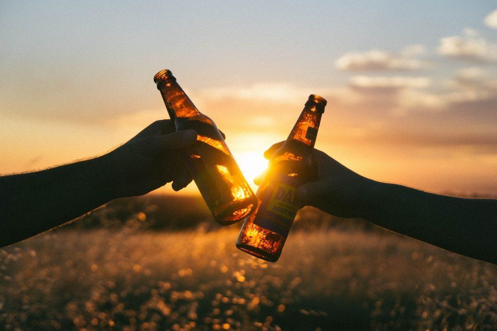 Disfrutando de una cata de cerveza artesanal