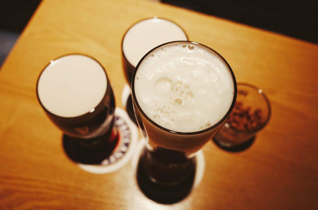 Vasos de una cata de cerveza artesanal