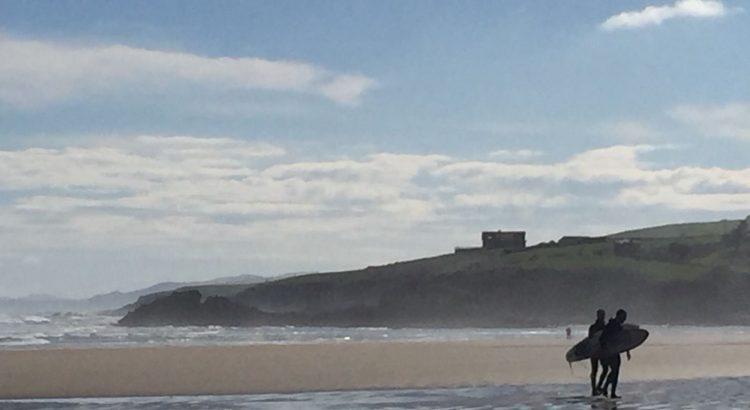 Surfistas en la playa de El Restaurante El Pájaro Amarillo