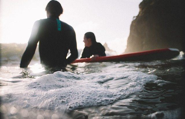 surfistas en una playa de Cantabria